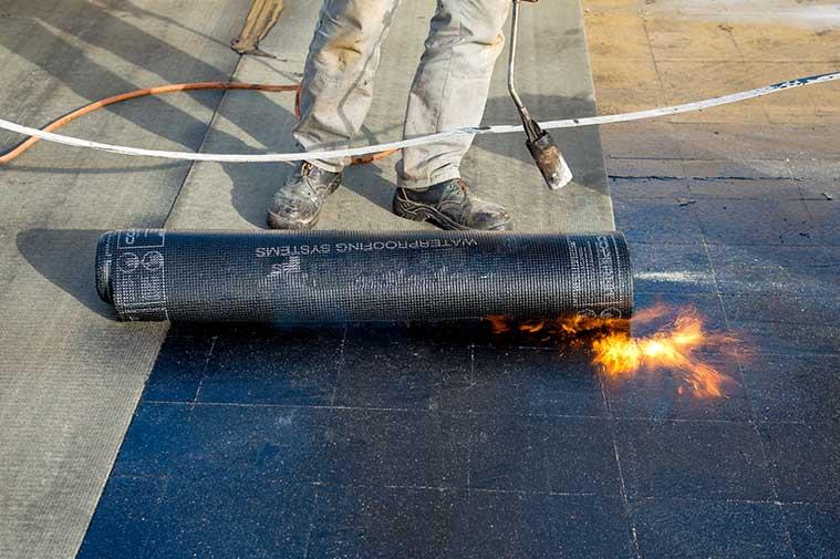 Plaatsen van Bitumen dakbedekking en dakisolatie op plat dak in Hoofddorp